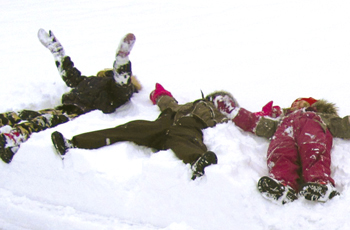 Lumienkeleitä Velskolan pihalla.